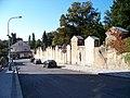 U smíchovského hřbitova, zeď hřbitova.jpg