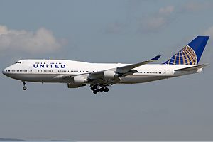 United Airlines Boeing 747-400 KvW.jpg