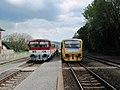 Velká nad Veličkou, nádraží, vlak s vozem 811.015 ZSSK a jednotka 814.209+210.jpg