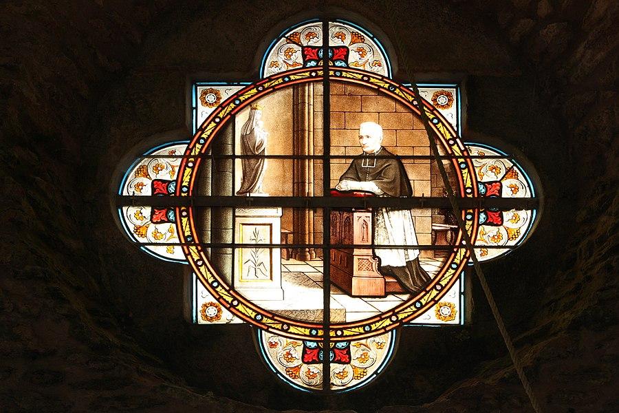 Vitrail situé au dessus de la porte d'entrée de la chapelle Notre-Dame-de-la-Côte à Penvins (Sarzeau - Bretagne).