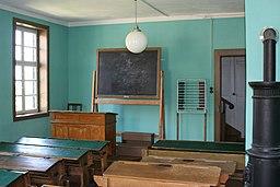 [Foto: Schulhaus aus Satteldorf im Freilandmuseum Wackershofen. Schulsaal]