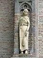 Warmenhuizen - Beeld van de Heilige Ursula gemaakt door Rino van Voorbergen op de wand van de Hervormde of Oude Ursulakerk.jpg