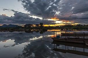 Des nuages au crépuscule se reflétant dans les eaux du Mékong, à Don Det, dans l'archipel de Si Phan Don, au Laos. (définition réelle 5716×3811)