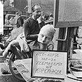 Waterlooplein koopman probeert zijn handel op actuele wijze aan de man te brenge, Bestanddeelnr 916-3565.jpg