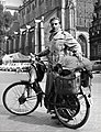 Wereldreiziger vóór vertrek - Globetrotter Willink with his overloaded moped (4796120306).jpg