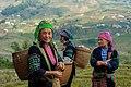 Wietnam, Sapa, Strój ludowy trzech kobiet.jpg