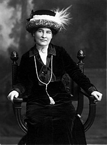 Willa Cather ca. 1912 wearing necklace from Sarah Orne Jewett.jpg