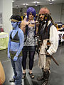 Wizard World Anaheim 2011 - a Navi gets reluctantly hooked up with Jack Sparrow (5675033910).jpg