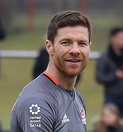 Xabi Alonso Training 2017-03 FC Bayern Muenchen-3 (cropped).jpg
