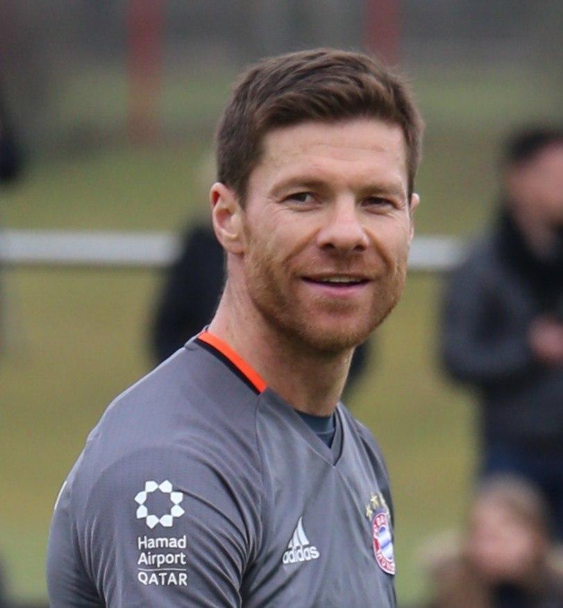Xabi Alonso Training 2017-03 FC Bayern Muenchen-3 (cropped)
