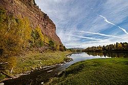 Место впадения реки Шаманки в Иркут. Слева возвышается Шаманский утёс..jpg