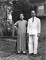 1947年王力教授与陈寅恪在岭南大学陈家门前合影.jpg