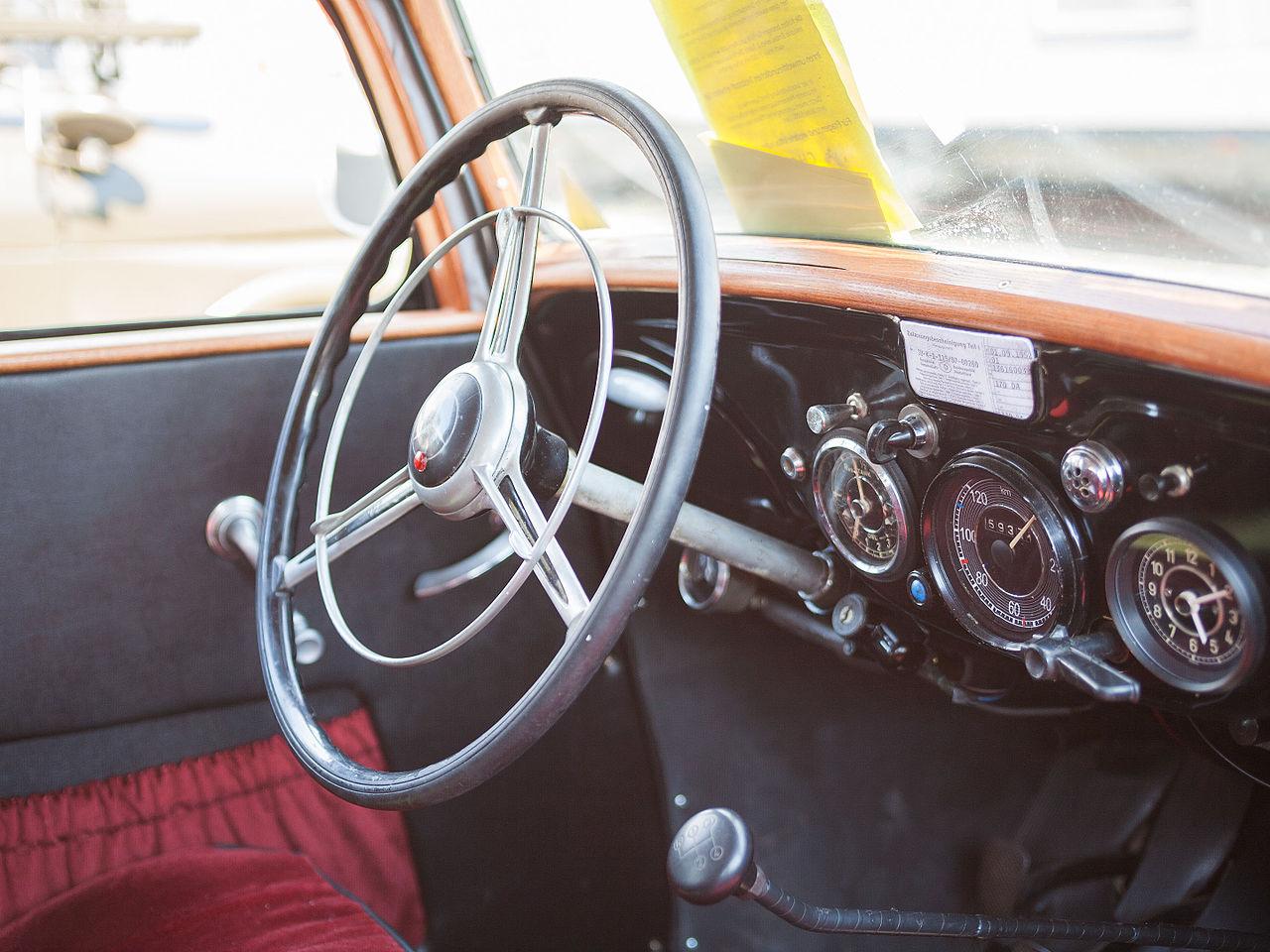 File:2007-07-15 Lenkrad und Armaturenbrett eines Mercedes-Benz ... | {Armaturenbrett 76}