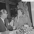 Aankomst Ingrid Bergmann op Schiphol Lars Schmidt en Ingrid Bergmann tijdens per, Bestanddeelnr 912-2294.jpg