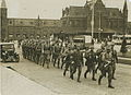 Aankomst van een detachement Nederlandse militairen op het stationsplein voor aa – F40233 – KNBLO.jpg