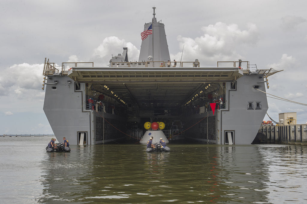 1024px-Aft_view_of_USS_Arlington_%28LPD-24%29_with_Orion_capsule_2013.JPG