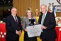 Aguirre recoge el premio de la Federación de Fútbol de Madrid.jpg