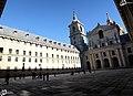Al fondo, la entrada a la basílica, núcleo de El Escorial - panoramio.jpg