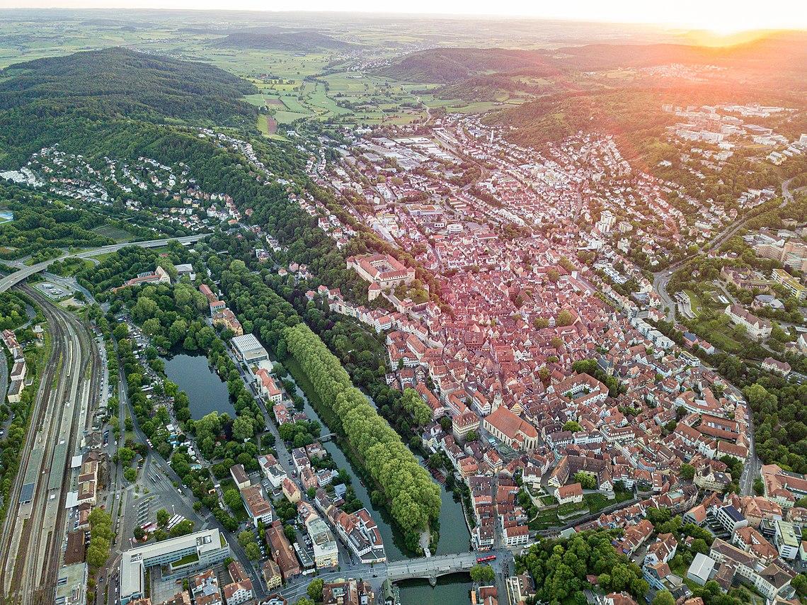 Altstadt in Tübingen zur goldenen Stunde mit Neckarinsel und Platanenallee.jpg