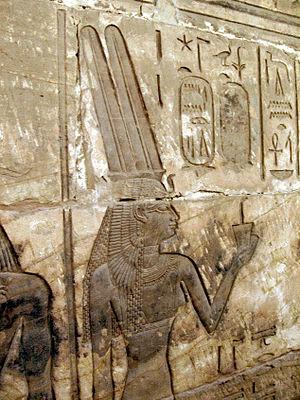 التراث والحنين للماضي__آلهة مصرية_المتعبدة الإلهية