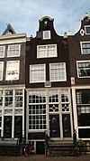 foto van Huis, houten pui, waarboven gevel onder klokvormige rollagentop met gebogen zandstenen afdekking