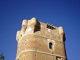 La torre está rematada por ocho garitones en su parte superior.