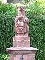 Bad Berleburg Brunnenfigur mit Wappen.jpg