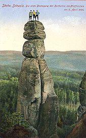Illustration de trois alpinistes au sommet d'un éperon rocheux