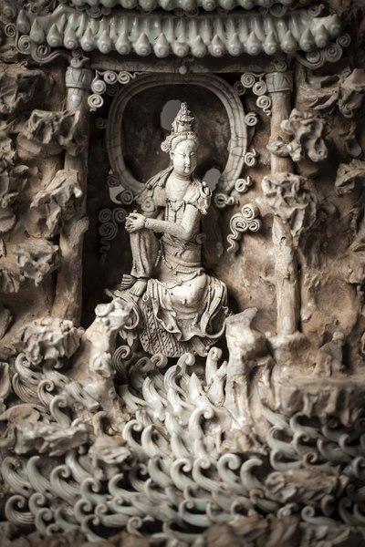 File:Barmhärtighetens gudinna Guanyin sittande i en grotta. Qingbai-gods, Yuandynastin, cirka 1280-1330 - Hallwylska museet - 107695.tif