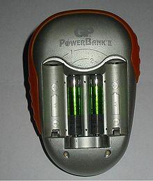 Questa unità carica le batterie fino a che non raggiungono una specifica tensione, dopodiché applica una carica di compensazione fino a che le batterie non vengono rimosse