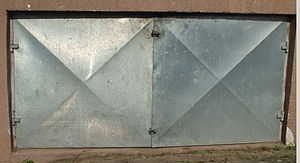 Blechtür mit X-Versteifungsbiegung.jpg