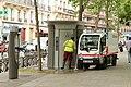 Boulevard Richard-Lenoir (Paris), entretien d'une sanisette 05.jpg
