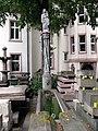 Brunnen auf dem Gelände der Münsterbauhütte in Freiburg.jpg