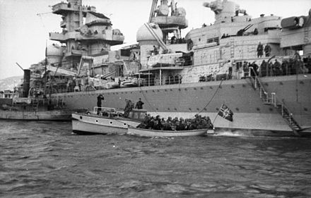 "The heavy cruiser Admiral Hipper landing troops in Norway in 1940. Bundesarchiv Bild 101I-757-0037N-26A, Norwegen, Schwerer Kreuzer ""Admiral Hipper"".jpg"