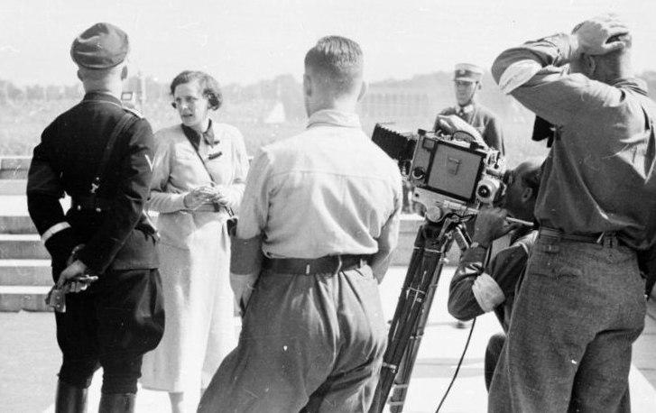 Bundesarchiv Bild 152-42-31, Nürnberg, Leni Riefenstahl mit Heinrich Himmler