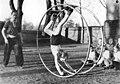 Bundesarchiv Bild 183-10454-0004, Berlin, Sportunterricht mit Rhönrad.jpg