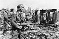 Bundesarchiv Bild 183-B22478, Stalingrad, Luftwaffen-Soldaten in Ruinen.jpg