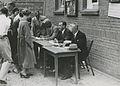 Burgerdeelnemers melden zich op het binnenterrein van de Prins Hendrik kazerne o – F40794 – KNBLO.jpg