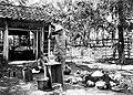 COLLECTIE TROPENMUSEUM Een Europese man hevelt gas uit de zogenaamde bron 'eeuwige vuur van Danak' over naar een fles residentie Semarang Java TMnr 10004522.jpg