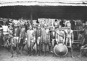 Dayak Mualang - Image: COLLECTIE TROPENMUSEUM Een groep Moealang Dajaks tijdens het bezoek van Gouverneur Generaal J.P. Graaf van Limburg Stirum aan Borneo T Mnr 60018485