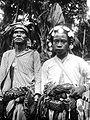 COLLECTIE TROPENMUSEUM Een meo voorvechter en priester van Mata-Amarasi met zijn vader in vol ornaat TMnr 10005967.jpg