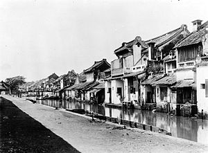 Colonial architecture of Indonesia - Pintoe Ketjil's Chinese shophouses along Ciliwung River.