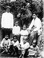 COLLECTIE TROPENMUSEUM Portret van een welgestelde Javaanse familie TMnr 10005221.jpg
