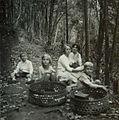 COLLECTIE TROPENMUSEUM Vrouwen met kinderen op een bospad tijdens een uitstapje naar de Borobudur TMnr 60053693.jpg
