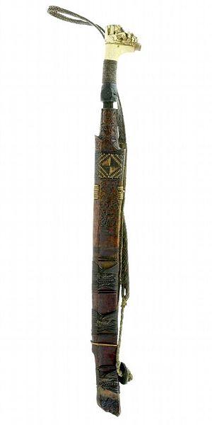 File:COLLECTIE TROPENMUSEUM Zwaard met gevest van been schede en mesje TMnr 272-74.jpg