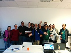Group photograph of the Cambridge Wikidata Workshop, with cake