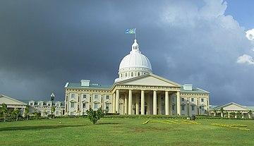 Столица Палау— Нгерулмуд, состоит из одного здания посреди леса[16]