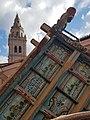 Carro popular y torre de la Iglesia de los Santos Juanes.jpg