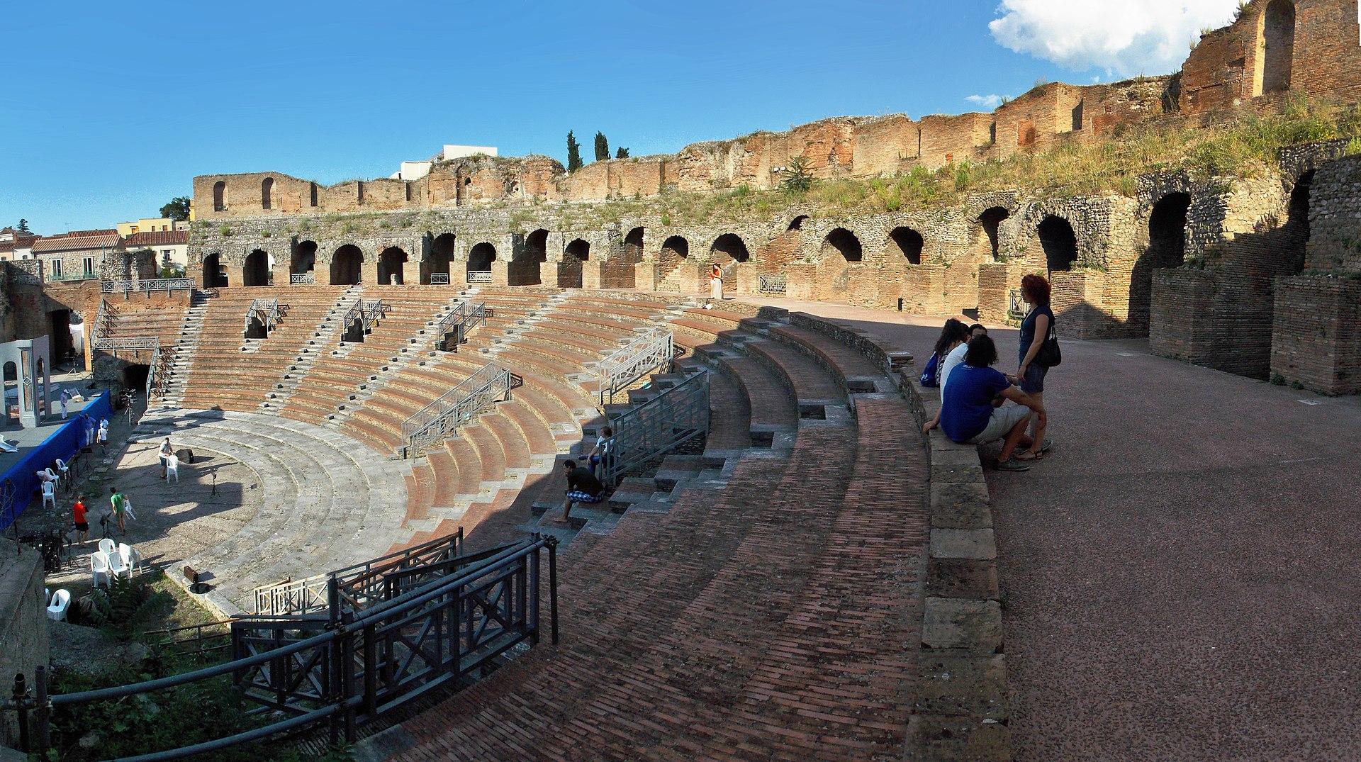 Questa immagine ha l'attributo alt vuoto; il nome del file è 1920px-Cavea_del_teatro_romano_di_Benevento.jpg