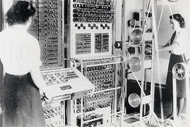 women_operating_machinery_at_Bletchley_Park_WWII